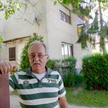 Oroszi László az általa kifejlesztett irányítósávos labdarúgócipő 1996-ban  legyártott prototípusát mutatja kertjében 42f8de50ad
