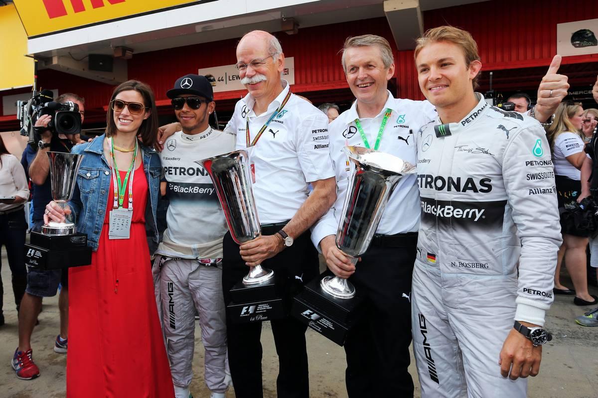 Nico Rosberg, Lewis Hamilton és Dieter Zetsche (Fotó: Moy / XPB Images)