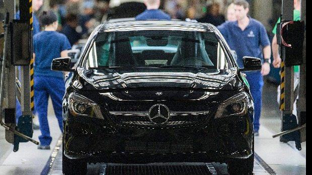 Kecskemét, 2015. március 27. Mercedes-Benz CLA gépkocsi a gyártósoron a Mercedes-Benz kecskeméti gyárában 2015. március 25-én. A gyárban három éve kezdték meg a B-osztályú, 2013-ban a CLA, majd 2015-ben a CLA Shooting autók gyártását. MTI Fotó: Ujvári Sándor
