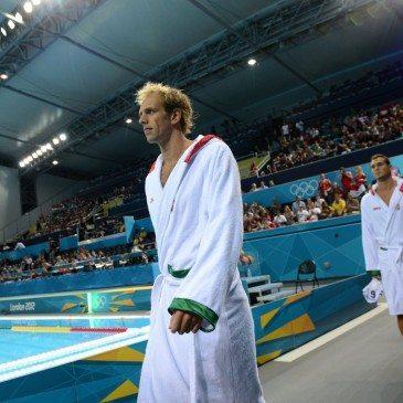 Kásás Tamás (k) és a magyar csapat tagjai bevonulnak a 2012-es londoni nyári olimpia férfi vízilabdatornája B csoportjának negyedik fordulójában vívott Magyarország - Nagy-Britannia találkozó előtt a londoni Vízilabdacsarnokba 2012. augusztus 4-én. MTI Fotó: Kollányi Péter