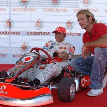 Kásás Tamás vízilabdázó (j) és Lewis Hamilton, a McLaren-Mercedes brit Forma 1-es pilótája a WestEnd City Center bevásárlóközpontban Budapesten, 2007. augusztus 2-án. MTI Fotó: Kovács Attila