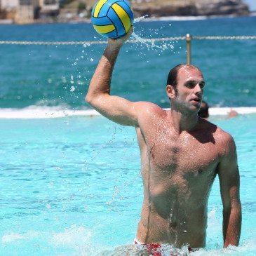 Kásás Tamás olimpiai- és világbajnok vízilabdázó egy sajtófotózáson vesz részt a sydneyi Bondi tengerparti strandon egy nemzetközi vízilabdatorna alkalmából 2013. január 3-án, egy nappal az esemény megkezdése előtt. (MTI/EPA/Damian Shaw)