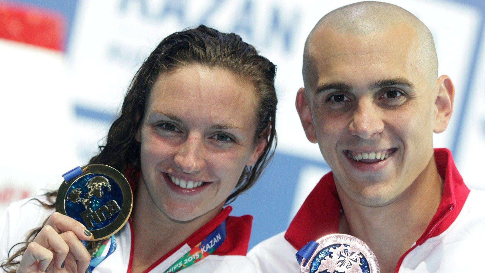 A győztes Hosszú Katinka mutatja aranyérmét a 200 méteres vegyesúszás eredményhirdetése után, mellette Cseh László, az 50 méteres pillangóúszás bronzérmese a kazanyi vizes világbajnokságon. MTI Fotó: Kovács Anikó