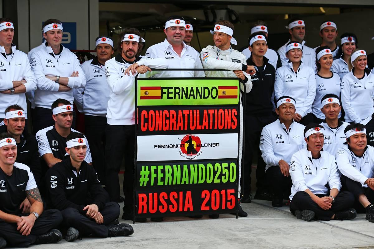 Fernando Alonso, Éric Boullier és Jenson Button a McLaren-csapattal (Fotó: Batchelor / XPB Images)