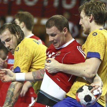 Zubai Szabolcs (k), valamint a svéd Andreas Nilsson (b) és Jesper Nielsen (j) az olimpiai kvalifikációs férfi kézilabda Európa-bajnokság középdöntőjének 2. csoportjában vívott Svédország - Magyarország mérkőzésen a lengyelországi Wroclawban 2016. január 27-én. MTI Fotó: Kovács Anikó