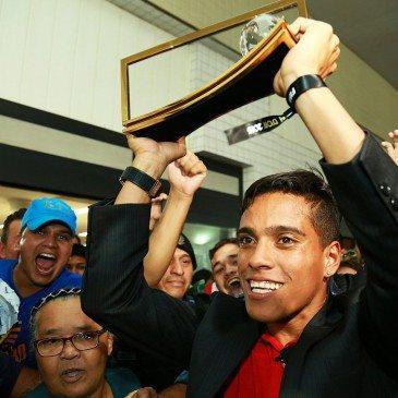 Wendell Lira a 2015. év legszebb góljáért kiérdemelt Puskás-díjjal hazaérkezik a brazíliai Goianiába 2016. január 13-án. fotó: MTI/EPA/Wildes Barbosa