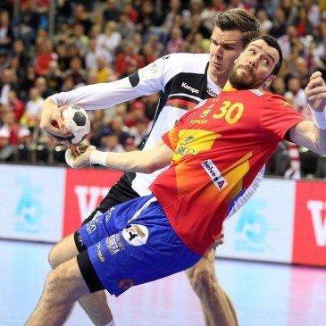 Németország-Spanyolország férfi kézilabda Eb-döntő - Gedeon Guardiola és Erik Schmidt - fotó: MTI/EPA/Stanislaw Rozpedzik