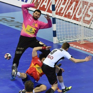 Németország-Spanyolország férfi kézilabda Eb-döntő - Sterbik Árpád és Tobias Reichmann - fotó: MTI/EPA/Jacek Bednarczyk