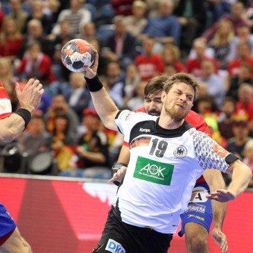 Németország-Spanyolország férfi kézilabda Eb-döntő - Martin Strobel és Viran Morros de Argila - fotó: MTI/EPA/Stanislaw Rozpedzik