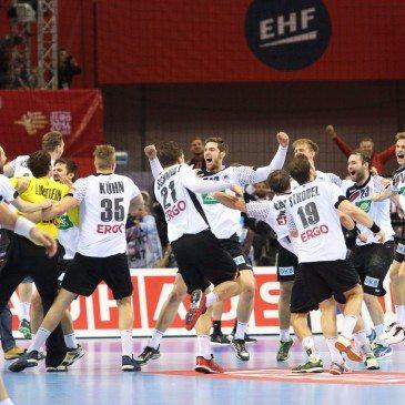 A német játékosok ünneplik győzelmüket a spanyolok elleni döntő után a 2016-os férfi kézilabda Európa-bajnokságon - fotó: MTI/EPA/Stanislaw Rozpedzik