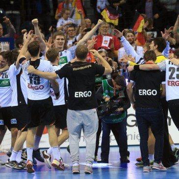 A német játékosok ünneplik győzelmüket a spanyolok elleni döntő után a 2016-os férfi kézilabda Európa-bajnokságon - fotó: MTI/EPA/Jens Wolf