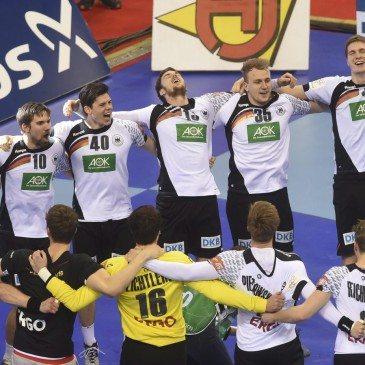 A német játékosok ünneplik győzelmüket a spanyolok elleni döntő után a 2016-os férfi kézilabda Európa-bajnokságon - fotó: MTI/AP/Alik Keplicz
