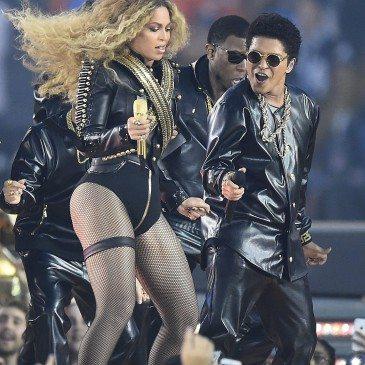 Bruno Mars (jobbra) és Beyonce (balra) az 50. Super Bowl félidejében - Fotó: EPA/Larry W. Smith