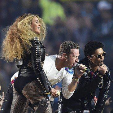 Bruno Mars (jobbra), Chris Martin (középen) and Beyonce (balra) az 50. Super Bowl félidejében - Fotó: EPA/Larry W. Smith