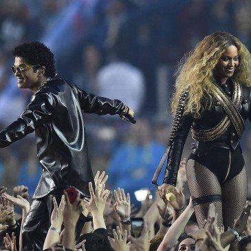 Bruno Mars (balra) és Beyonce (jobbra) az 50. Super Bowl félidejében - Fotó: EPA/Larry W. Smith