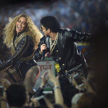 Bruno Mars (jobbra) és Beyonce (balra) az 50. Super Bowl félidejében - Fotó: EPA/John G. Mabanglo