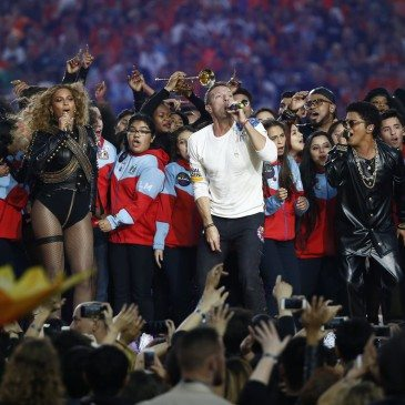 epa05149018 (L-R) Beyonce, Chris Martin and Bruno Mars perform during the halftime show of the NFL's Super Bowl 50 between the AFC Champion Denver Broncos and the NFC Champion Carolina Panthers at Levi's Stadium in Santa Clara, California, USA, 07 February 2016.  EPA/TANNEN MAURY