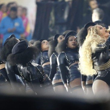 epa05149058 Beyonce (R) performs during the halftime show of the NFL's Super Bowl 50 between the AFC Champion Denver Broncos and the NFC Champion Carolina Panthers at Levi's Stadium in Santa Clara, California, USA, 07 February 2016.  EPA/TANNEN MAURY
