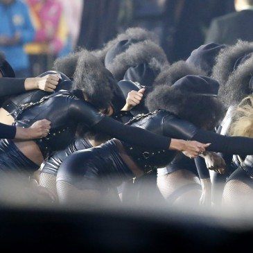 epa05149059 Beyonce (R) performs during the halftime show of the NFL's Super Bowl 50 between the AFC Champion Denver Broncos and the NFC Champion Carolina Panthers at Levi's Stadium in Santa Clara, California, USA, 07 February 2016.  EPA/TANNEN MAURY