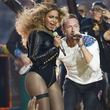 Beyonce (balra) and Chris Martin a Coldplay frontembere az 50. Super Bowl félidejében - EPA/Tannen Maury