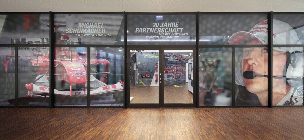 A Schumacher-kiállítás bejárata (Fotó: Deutsche Vermögensberatung)