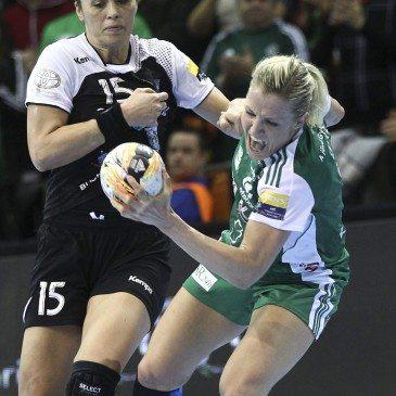 A győri Heidi Löke és a román Aurelia Bradeanu a női kézilabda Bajnokok Ligája közédöntője 3. fordulóban játszott Győri Audi ETO KC - CSM Bucuresti mérkőzésen a győri Audi Arénában 2016. február 6-án. A győriek 28-22-re győztek. MTI Fotó: Kovács Anikó