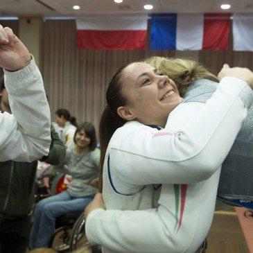 Hajmási Éva Andrea (j2) és Krajnyák Zsuzsanna (j) a magyar női tőrcsapat tagjai, miutána kerekesszékes vívó világkupa döntőjében legyőzték a kínai csapatot Egerben 201. február 14-én. MTI Fotó: Koszticsák Szilárd
