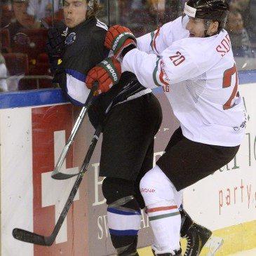 Az észt Silver Kerna és Sofron István (j) a jégkorong olimpiai selejtező torna második fordulójában játszott Magyarország-Észtország mérkőzésen a Papp László Sportarénában 2016. február 12-én. MTI Fotó: Kovács Tamás