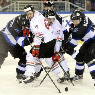 Az észt Anton Levkovitsh (b) és Janus Sorokin (j), valamint Hári János (b2) és Galló Vilmos (j2) a jégkorong olimpiai selejtező torna második fordulójában játszott Magyarország-Észtország mérkőzésen a Papp László Sportarénában 2016. február 12-én. MTI Fotó: Kovács Tamás