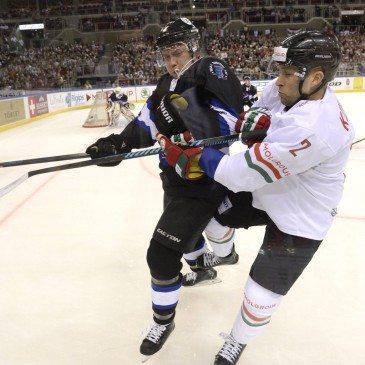 Kovács Csaba (j) és az észt Michael Mahkwa Auksi a jégkorong olimpiai selejtező torna második fordulójában játszott Magyarország-Észtország mérkőzésen a Papp László Sportarénában 2016. február 12-én. MTI Fotó: Kovács Tamás