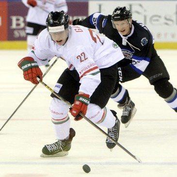 Galló Vilmos (b)  és az észt Filipp Shvarogin a jégkorong olimpiai selejtező torna második fordulójában játszott Magyarország-Észtország mérkőzésen a Papp László Sportarénában 2016. február 12-én. MTI Fotó: Kovács Tamás