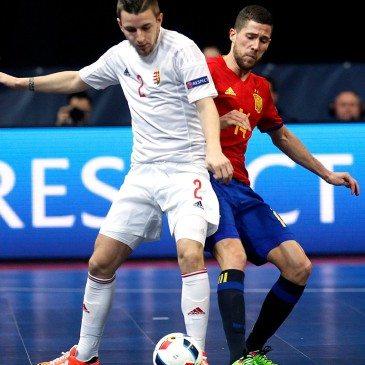 Magyarország-Spanyolország csoportmeccs a futsal Eb-n - Raúl Campos és Öreglaki Norbert - fotó: MTI/EPA/Koca Sulejmanovic