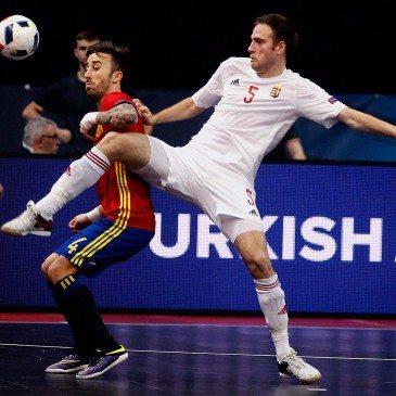 Magyarország-Spanyolország csoportmeccs a futsal Eb-n - Mario Rivillos és Dávid Richárd - fotó: MTI/EPA/Koca Sulejmanovic