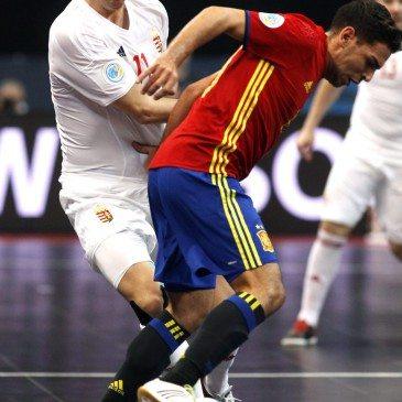 Magyarország-Spanyolország csoportmeccs a futsal Eb-n - Andresito és Dróth Zoltán - fotó: MTI/EPA/Koca Sulejmanovic
