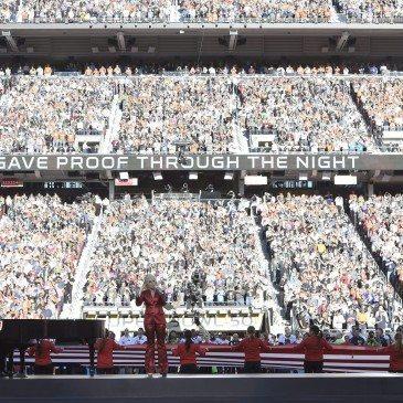 Santa Clara, 2016. február 8. Lady Gaga amerikai énekesnő a himnuszt énekli az Egyesült Államok amerikaifutball-bajnoksága 50. alkalommal megrendezett döntőjének, az ún. Super Bowlnak a kezdetén a Levi's Stadionban, a kaliforniai Santa Clarában 2016. február 7-én. A Denver Broncos 24-10-re legyőzte a Carolina Panthers együttesét, és ezzel története során harmadszor hódította el a bajnokcsapatnak járó Vince Lombardi-trófeát. (MTI/EPA/John G. Mabanglo)