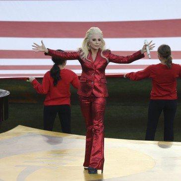 Santa Clara, 2016. február 8. Lady Gaga amerikai énekesnő, miután elénekelte a himnuszt az Egyesült Államok amerikaifutball-bajnoksága 50. alkalommal megrendezett döntőjének, az ún. Super Bowlnak a kezdetén a Levi's Stadionban, a kaliforniai Santa Clarában 2016. február 7-én. A Denver Broncos 24-10-re legyőzte a Carolina Panthers együttesét, és ezzel története során harmadszor hódította el a bajnokcsapatnak járó Vince Lombardi-trófeát. (MTI/EPA/Monica M. Davey)