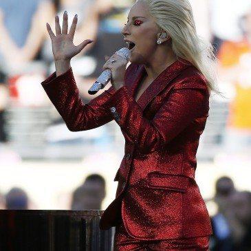 Santa Clara, 2016. február 8. Lady Gaga amerikai énekesnő a himnuszt énekli az Egyesült Államok amerikaifutball-bajnoksága 50. alkalommal megrendezett döntőjének, az ún. Super Bowlnak a kezdetén a Levi's Stadionban, a kaliforniai Santa Clarában 2016. február 7-én. A Denver Broncos 24-10-re legyőzte a Carolina Panthers együttesét, és ezzel története során harmadszor hódította el a bajnokcsapatnak járó Vince Lombardi-trófeát. (MTI/EPA/Tannen Maury)