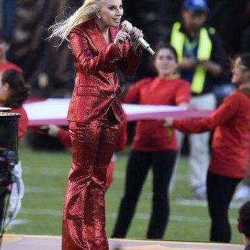 Santa Clara, 2016. február 8. Lady Gaga amerikai énekesnő a himnuszt énekli az Egyesült Államok amerikaifutball-bajnoksága 50. alkalommal megrendezett döntőjének, az ún. Super Bowlnak a kezdetén a Levi's Stadionban, a kaliforniai Santa Clarában 2016. február 7-én. A Denver Broncos 24-10-re legyőzte a Carolina Panthers együttesét, és ezzel története során harmadszor hódította el a bajnokcsapatnak járó Vince Lombardi-trófeát. (MTI/EPA/Larry W. Smith)