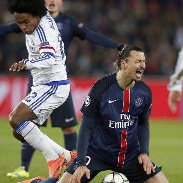 PSG-Chelsea - Willian és Zlatan Ibrahimovic - fotó: MTI/EPAYoan Valat