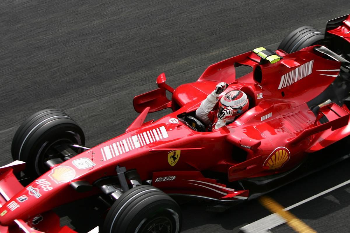 Kimi Räikkönen áthalad a 2007-es Brazil Nagydíj célvonalán, és világbajnokká válik (Fotó: xpbimages.com)