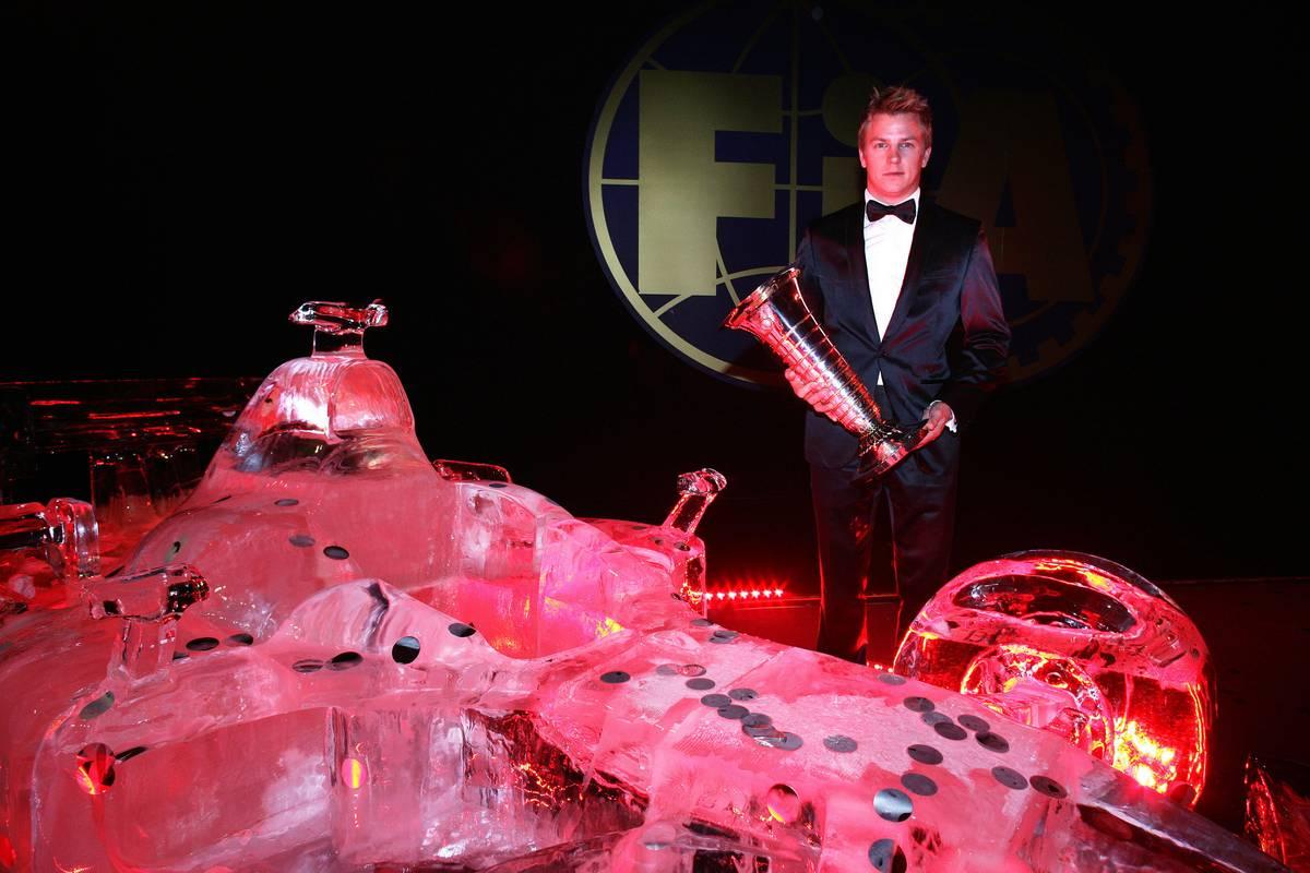 Kimi Räikkönen a 2007-es bajnoki trófeával (Fotó: xpbimages.com)