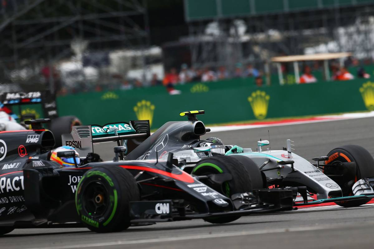 Fernando Alonso és Nico Rosberg 2015-ben Silverstone-ban. Vajon mikor vívnak majd éles csatát a pozíciókért? (Fotó: xpbimages.com)