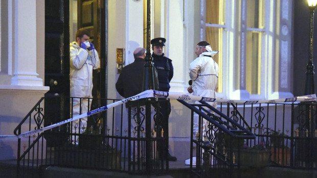 Rendőrök helyszínelnek a dublini  Regency Hotel előtt 2016. február 5-én.  Egy ember meghalt, kettő pedig megsebesült, amikor rendőröknek öltözött fegyveresek rontottak be egy bokszmérkőzés  mérlegelésére Fotó: REUTERS/Clodagh Kilcoyne