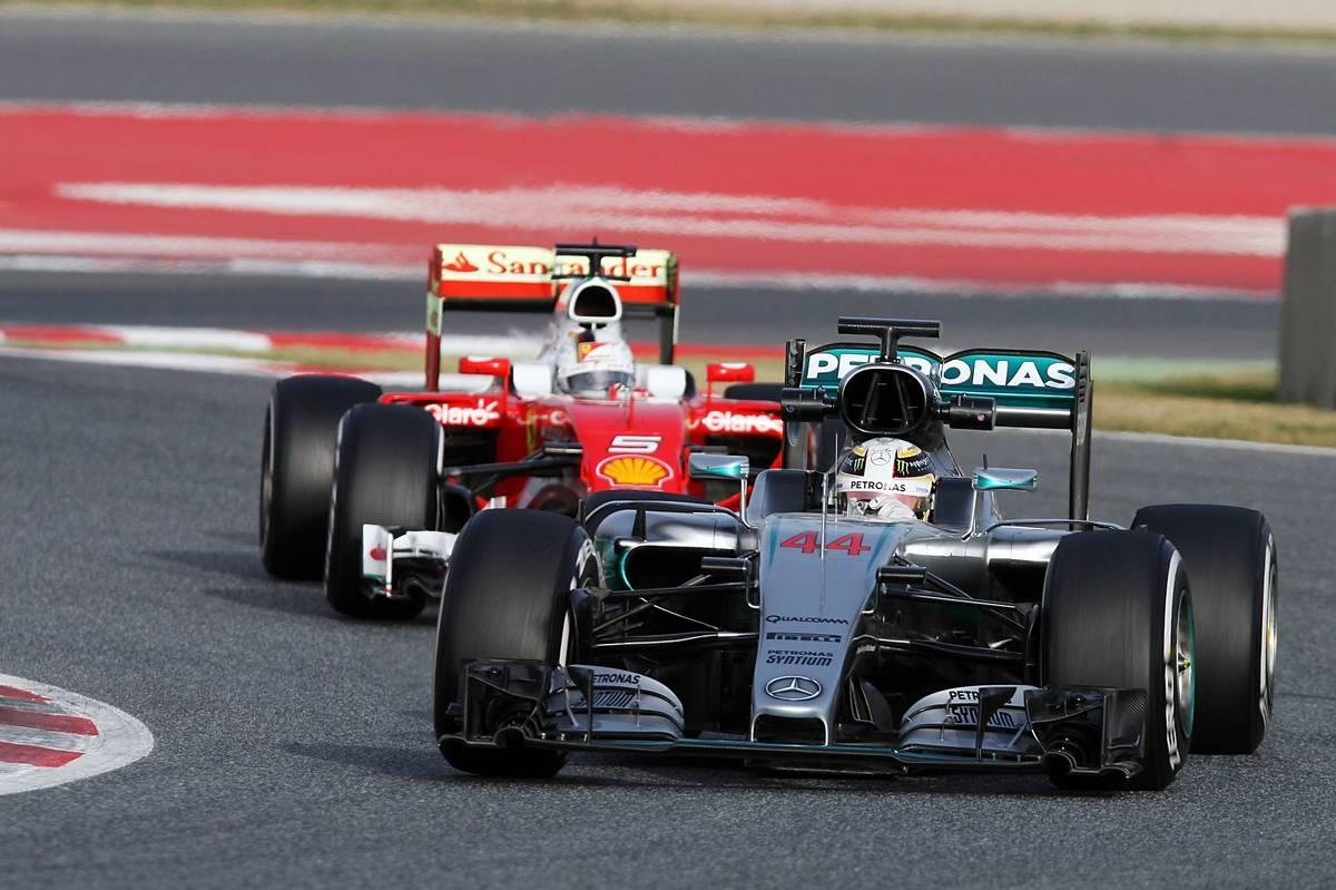 Sebastian Vettel üldözi Lewis Hamiltont (Fotó: xpbimages.com)