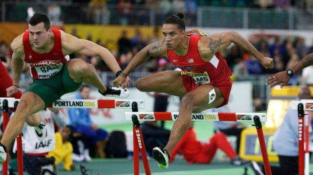 Portland, 2016. március 20. Baji Balázs (b) és az amerikai Spencer Adams a portlandi fedettpályás atlétikai világbajnokság férfi 60 méteres gátfutásának elődöntőjében 2016. március 20-án. (MTI/AP/Elaine Thompson)