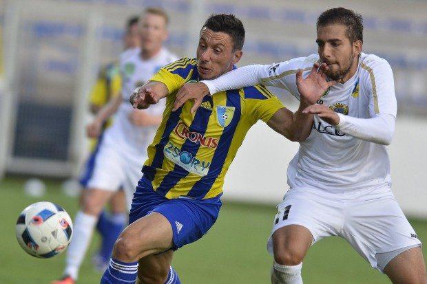 A mezőkövesdi Branko Pauljevic (b) és a gyirmóti Présinger Ádám a labdarúgó OTP Bank Liga 1. fordulójában játszott Mezőkövesd Zsóry FC - Gyirmót FC mérkőzésen Mezőkövesden 2016. július 16-án. A másodosztályból feljutott két csapat 2-2-es döntetlen játszott a nyitófordulóban. MTI Fotó: Czeglédi Zsolt