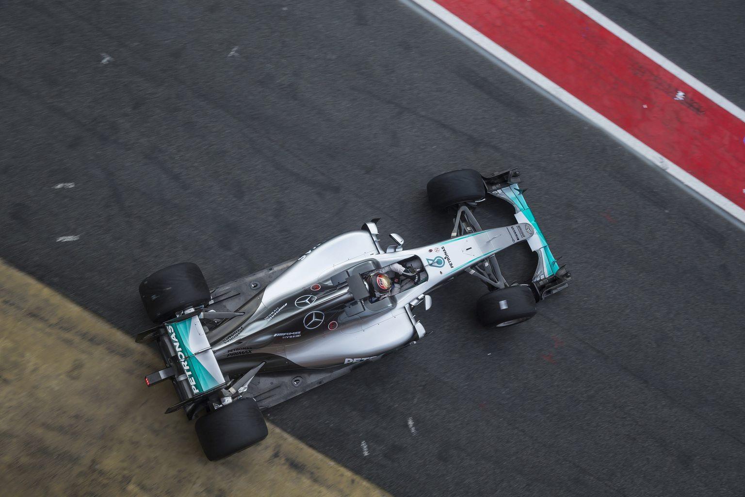 Pascal Wehrlein a Pirelli 2017-es prototípus esőgumiját teszteli Barcelonában (Fotó: xpbimages.com)