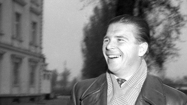 Budapest, 1954. április 30. Puskás Ferenc labdarúgó a Margitszigeten, háttérben a Margitszigeti Nagyszálló épülete. MTI Fotó/Magyar Fotó: Farkas Tamás