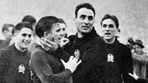 London, 1953. november 25. Sándor Károly, Puskás Ferenc, Gellér Sándor és Grosics Gyula a 6:3-as Magyarország-Anglia labdarúgó-mérkőzés után a Wembley stadionban. MTI Külföldi Képszolgálat