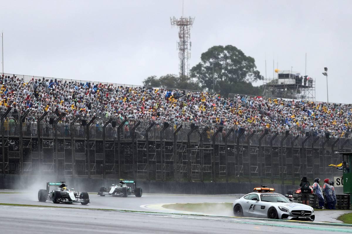 Bernd Mayländer vezeti a mezőnyt Interlagosban (Fotó: xpbimages.com)